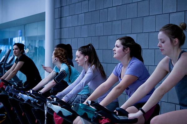 朝活でエアロバイクをする女性