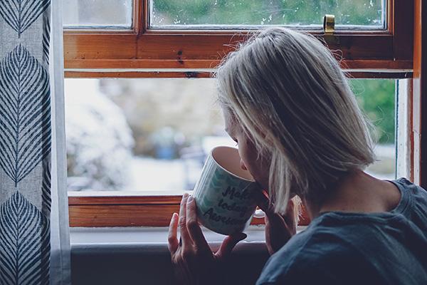 朝に白湯を飲むダイエットする女性