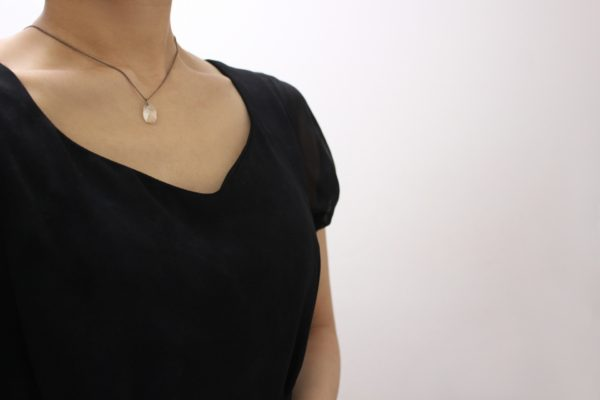 黒い服を着た女性の首元