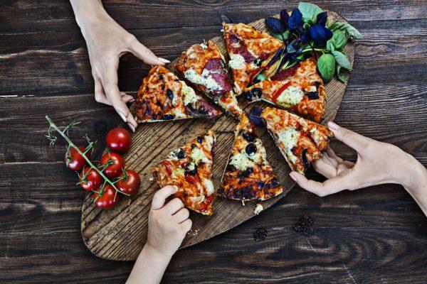 ピザをみんなで食べている