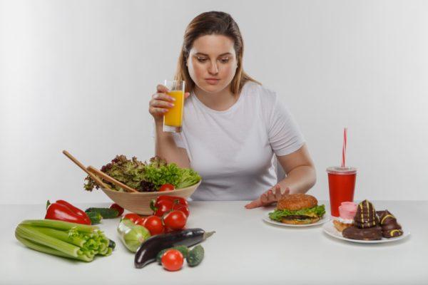 たくさんの食事を見てる女性