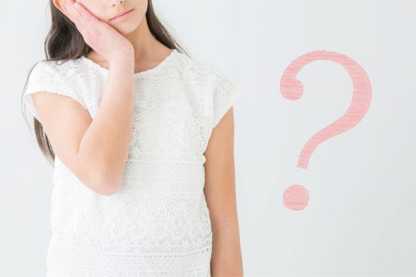 疑問を掲げる女性