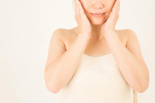 顔を抑える女性
