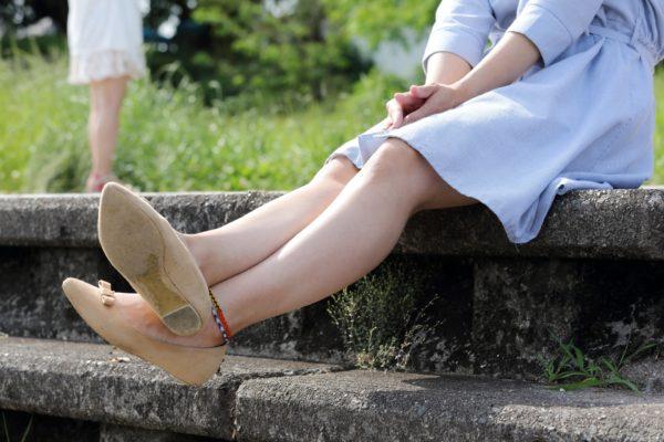 階段に座る女性の脚