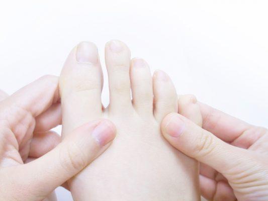 手で足指を回すだけ