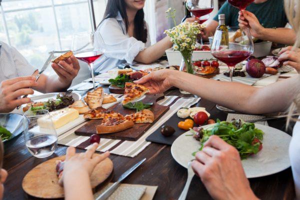 みんなで食卓を囲って食事