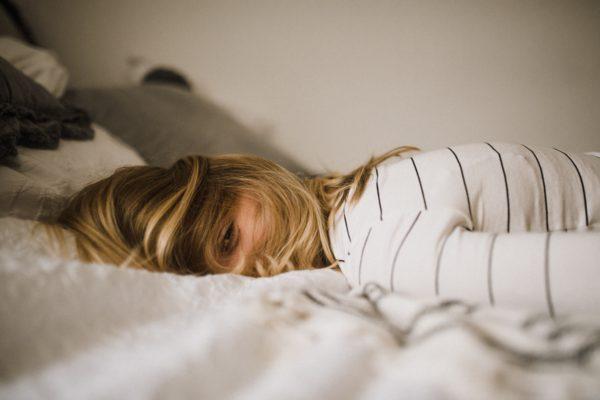ストレスを溜めないように寝る女性